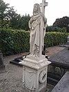 foto van Grafmonument op het kerkhof achter de Rooms Katholieke kerk Heilige Johannes Geboorte. Het graf ligt in het middenvak van het linkergedeelte van de begraafplaats, dicht achter de kerk