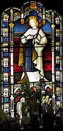 Una finestra in vetro colorato rappresentante Sant'Edmondo visibile all'interno della chiesa.