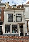 foto van Pand met verdieping en zadeldak tussen puntgevels, evenwijdig aan de straat