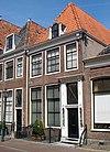 foto van Huis met gevel met rechte kroonlijst, dakkapel. Versierde deurpartij met zijlichten; stoephek