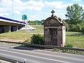 Hostivice, 11. kaple Hájecké cesty a most silnice R6 (01).jpg