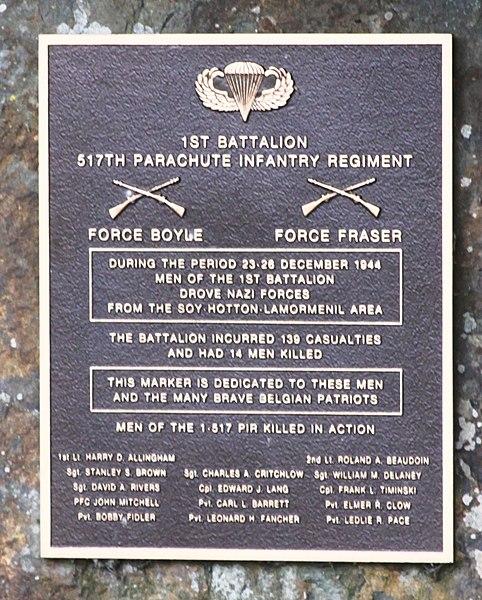 Monument mat Erënnerungsplack fir gefalen Zaldote vum 1. Batailloun vum 517. Parachutisten-Infantrieregiment op der Kräizung N807 mat der Rue de Melines an der Rue d'Isbelles tëscht Hotton a Soy
