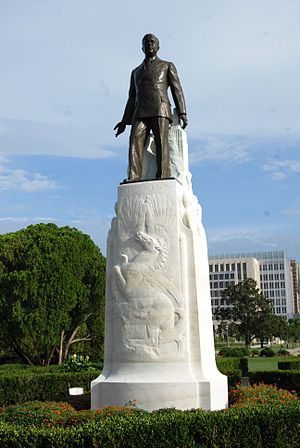 Louisiana State Capitol - Gravemarker and statue of Huey Long
