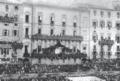 I reali d'Italia assistono al Palio di luglio del 1887 dal grande palco allestito nel terrazzo del Circolo degli Uniti.png