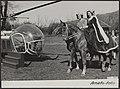 Jacoba van Beieren landde dinsdagmiddag op de Keukenhof per helicopter en werd v, Bestanddeelnr 052-0153.jpg