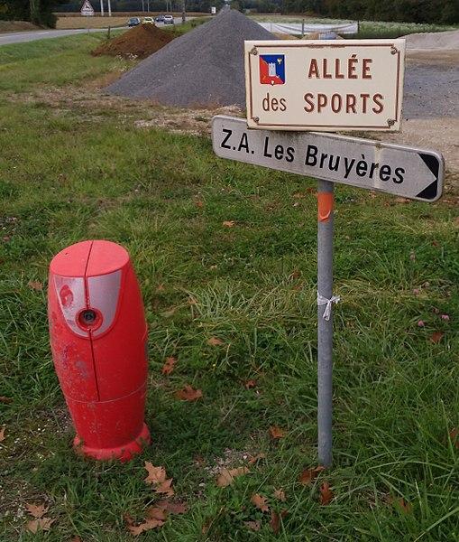 Bouche d'incendie et plaque indiquant l'allée des Sports à Jasseron (Ain, France).