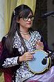 Jeune fille en tenue traditionnelle jouant la Darbouka 02.JPG