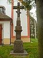 Kříž před kostelem v Mladějově na Moravě.JPG