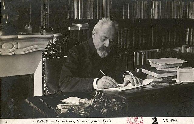https://upload.wikimedia.org/wikipedia/commons/thumb/d/d3/La_Sorbonne._M._le_professeur_Denis.jpg/640px-La_Sorbonne._M._le_professeur_Denis.jpg