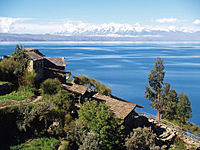Vista del Lago Titicaca y la cordillera de los Andes al fondo, el primero es el lago navegable a mayor altura del mundo y el segundo la cadena montañosa más larga de la tierra