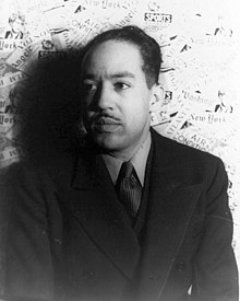 Photo en noir et blanc de Langston Hughes en costume