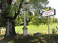Le Bouchon-sur-Saulx (Meuse) croix de chemin, panneau sortie.jpg