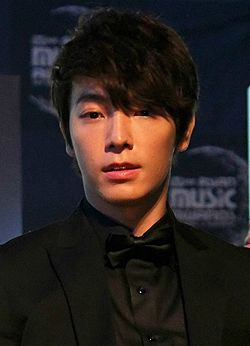 Lee Dong-hae at Mnet Asian Music Awards (MAMA) in Singapore, 29 November 2011.jpg