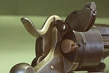 Un revolver Lefaucheux Mle 1858 con cartuccia con percussione a spillo, notare l'innesco e la specifica posizione della cartuccia