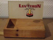 Datei:Levitron-levitating-top-demonstrating-Roy-M-Harrigans-spin-stabilized-magnetic-levitation.ogv