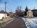 Málkov (BE), ulice s kaplí.jpg