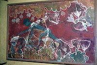 Cette ancienne fresque minoenne de Knossos (Crète) représente un homme (au corps bleu, marchant le dos voûté) récoltant les fleurs de safran.
