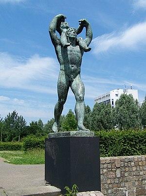 """Sculpture """"Man met kind: De vooruitgang&q..."""