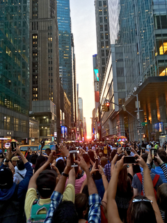 Manhattanhenge event in which the rising or setting sun aligns with the east–west streets of the main grid of Manhattan in New York City