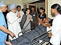 Manmohan Singh meets an injured person, at the Rama Krishna Care Hospital, in Raipur, Chhattisgarh. The Chairperson, National Advisory Council, Smt. Sonia Gandhi and the Minister of State for Home.jpg
