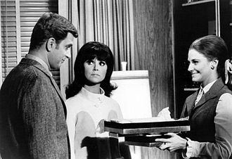 Marlo Thomas - Thomas (center) with co-star Ted Bessell (left) and guest star Mary Frann (right), in a 1968 photo from That Girl