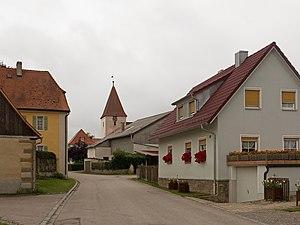 Oberdachstetten - Image: Mitteldachstetten, straatzicht me toren van de evangelisch lutherische Pfarrkirche Dm D 5 71 183 26 foto 3 2016 08 05 11.14