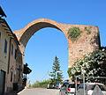 Montopoli v.a., arco e torre di castruccio, xiii sec. 01.JPG
