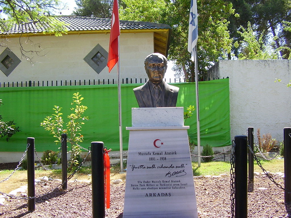 https://upload.wikimedia.org/wikipedia/commons/thumb/d/d3/Mustafa_Kemal_Ataturk_Memorial_in_Yehud%2C_Israel.jpg/1024px-Mustafa_Kemal_Ataturk_Memorial_in_Yehud%2C_Israel.jpg