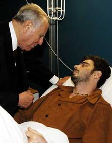 Il Presidente Carlo Azeglio Ciampi in visita ad Aureliano Amadei, uno dei feriti della troupe del regista Stefano Rolla