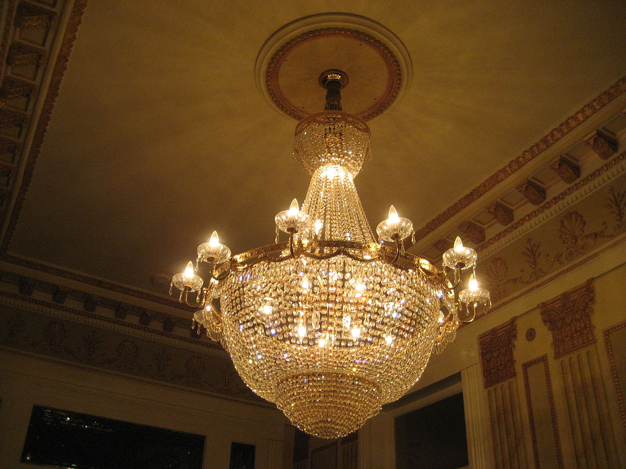 File new orleans garden district ceiling chandelier 2 jpg wikimedia commons - Pictures of chandeliers ...