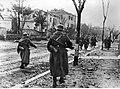 Niemieccy grenadierzy na ulicy nierozpoznanego miasta na froncie pod Nettuno - Anzio (2-2227).jpg