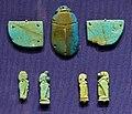 Nuovo regno-epoca tarda, scarabeo con ali e pendenti coi 4 figli di horus, 664-332 ac ca.jpg