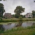 Overzicht met op de voorgrond een vijver - Veenhuizen - 20343639 - RCE.jpg