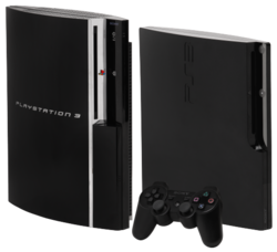 À gauche, la PlayStation 3 originelle, à droite la PlayStation 3 « Slim ».