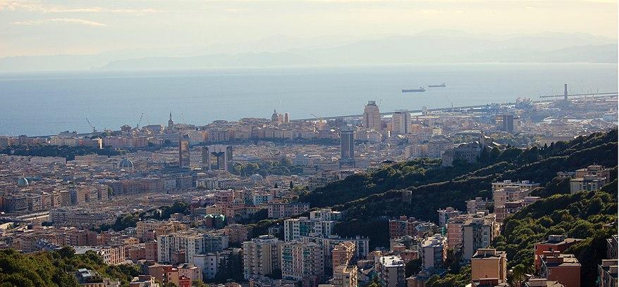 Una foto panoramica di Genova: si vedono la Lanterna (sul bordo destro dell'immagine tra le gru del porto), Corte Lambruschini, il centro e il Porto del capoluogo ligure.