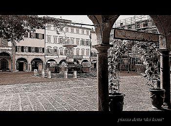 Piazza Farinata degli Uberti, detta Piazza dei leoni.jpg