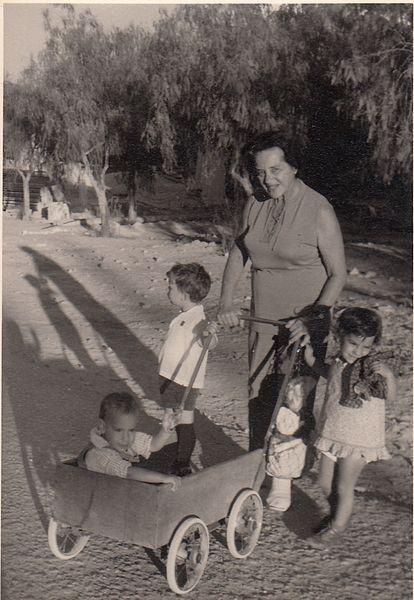 עגלת ילדים בקיבוץ