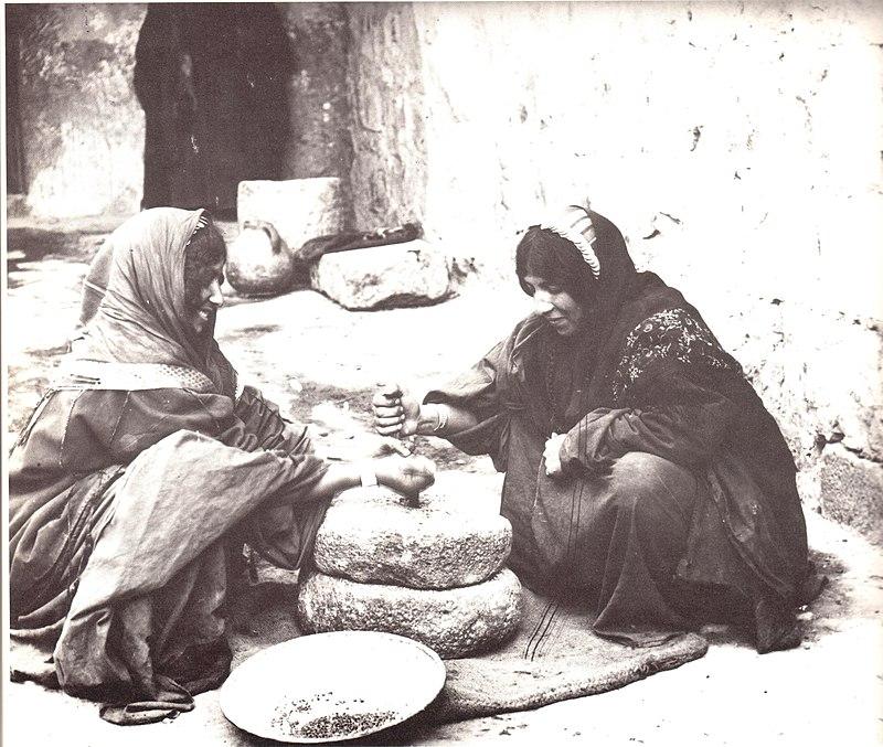 נשים טוחנות קמח