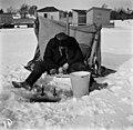 Pilkkijä jäällä Kaivopuiston edustalla - N1949 (hkm.HKMS000005-000001ab).jpg