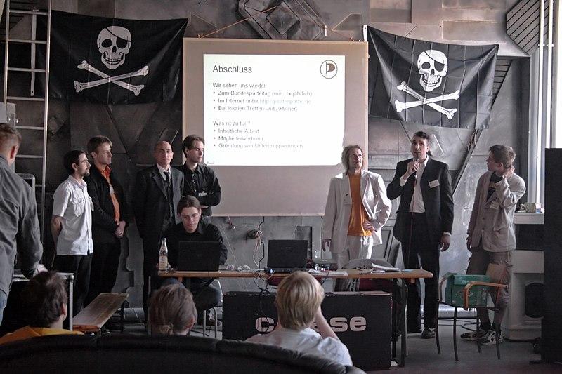 File:Piratenpartei Deutschland Gruendung 2006 09 10 c-base berlin.jpg