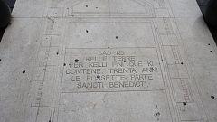 Scritta su marmo posta a terra in Piazza Medaglie d'oro recante scritto (sia pure con un errore: «kelli fini» in luogo di «kelle fini») il primo documento attestato in volgare italiano, il Placito di Capua.
