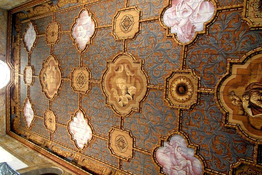 Plafond peint de la chapelle Sainte Marie (servant de salle d'exposition), ville d'Annonay, département de l'Ardèche, France.