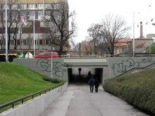 Arquivo: Praha, Fugnerovo náměstí, pod podchod Sokolskou.ogv
