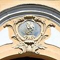 Praha, Hradčanské náměstí - holubice s kotvou nad portálem domu č.p. 7.jpg