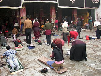 Bhakti - Image: Prayers in front of Jokhang temple