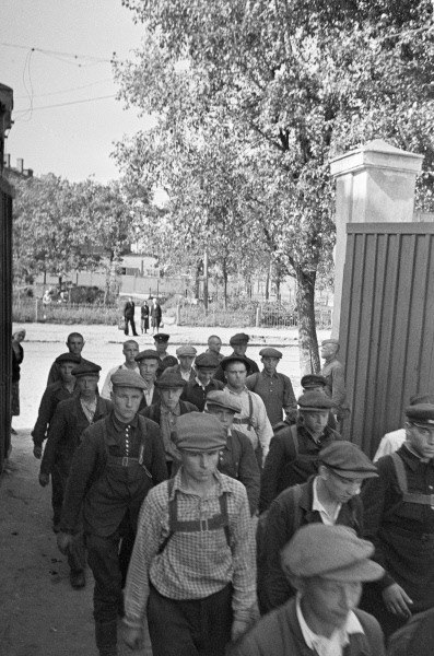 RIAN archive 662758 Recruits entering Voroshilov Barracks