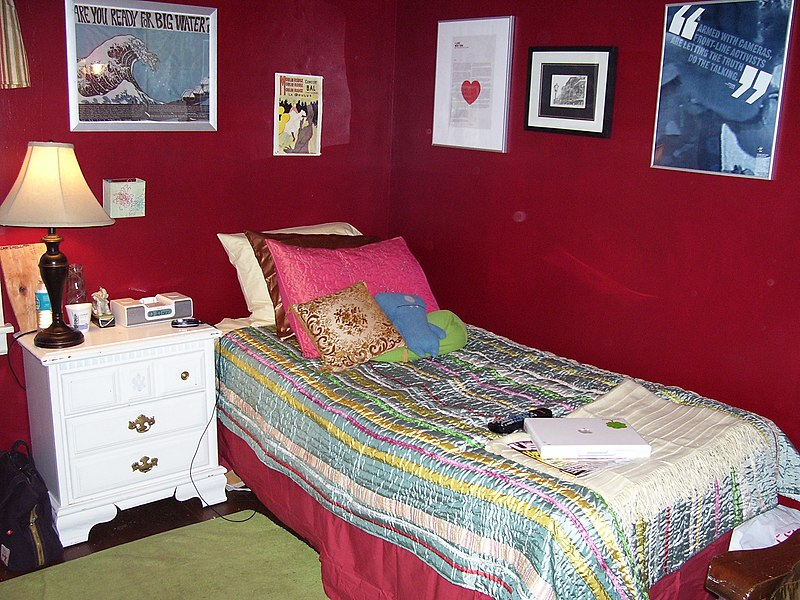 File:Red bedroom.jpg