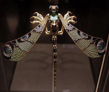 René lailique, pettorale libellula, in oro, smalti, crisoprazio, calcedonio, pietre lunari e diamanti, 1897-98 ca. 01
