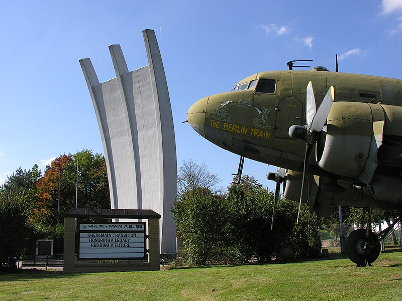 File:Rhein-Main Air Base Gateway to Europe Airlift Memorial Douglas C47 Dakota USAF DC3 RM AB Flughafen Frankfurt Foto Wolfgang Pehlemann DSCN2682.jpg