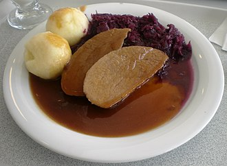 Sauce bourguignonne - Roast beef in Bourguignonne sauce, served with potatoes and red cabbage